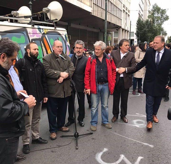 Στη συγκέντρωση συμπαράστασης στους εργαζομένους της Τράπεζας Πειραιώς με βουλευτές του ΣΥΡΙΖΑ