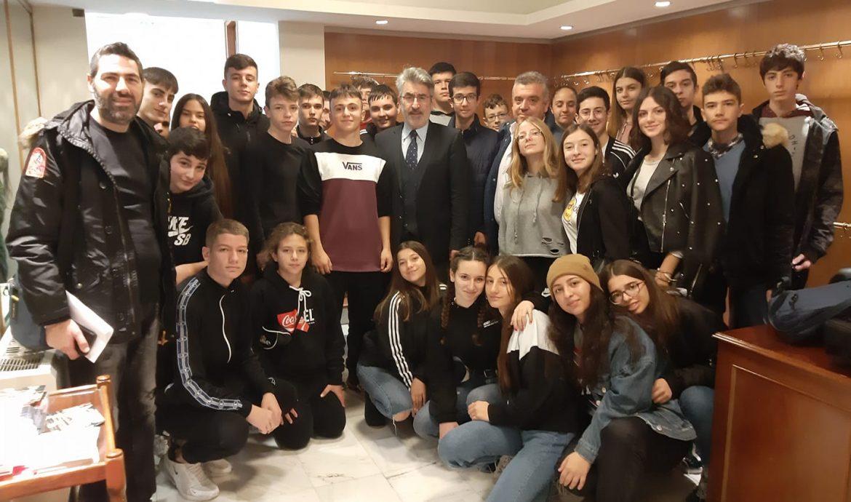 Με τους μαθητές και τους καθηγητές του 2ου Γυμνασίου Δράμας που επισκέφθηκαν το κτίριο της Βουλής